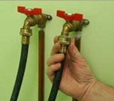 Подсоедините шланги подачи воды к подходящим клапанам